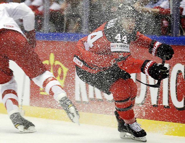Kanadský hokejista Jean-Gabriel Pageau dostal během utkání s Dánskem ledovou sprchu.