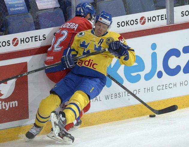 Český obránce Milan Doudera v souboji se švédským útočníkem Nicklasem Danielssonem (vpravo).