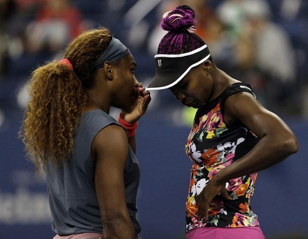 Serena a Venus Williamsovy smutní po prohře, která jim zatarasila cestu do finále deblu na US Open.