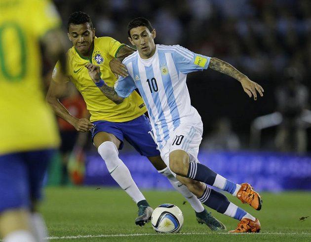 Argentinský křídelník Ángel Di Mária (vpravo) v souboji s Luizem Gustavem z Brazílie během kvalifikační zápasu.