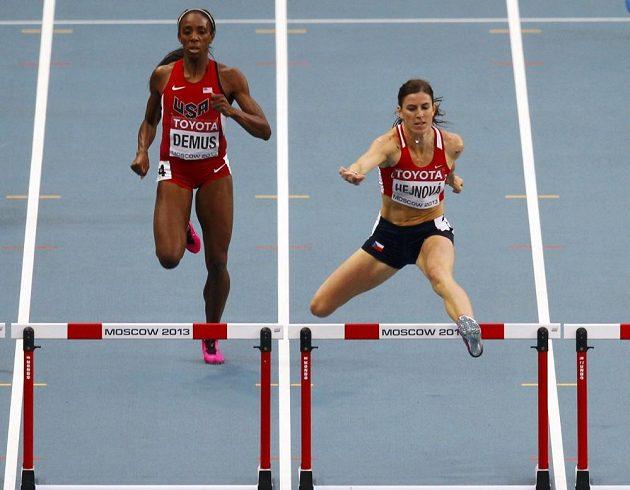 Zuzana Hejnová (vpravo) překonává překážku ve finálovém závodě na MS v Moskvě vedle Američanky Lashindy Demusové.