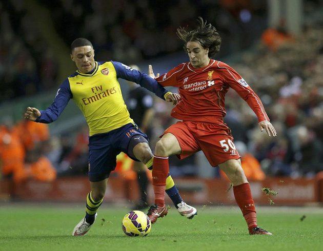 Záložník Arsenalu Alex Oxlade-Chamberlain (vlevo) se snaží oloupit o míč Lazara Markoviče z Liverpoolu.