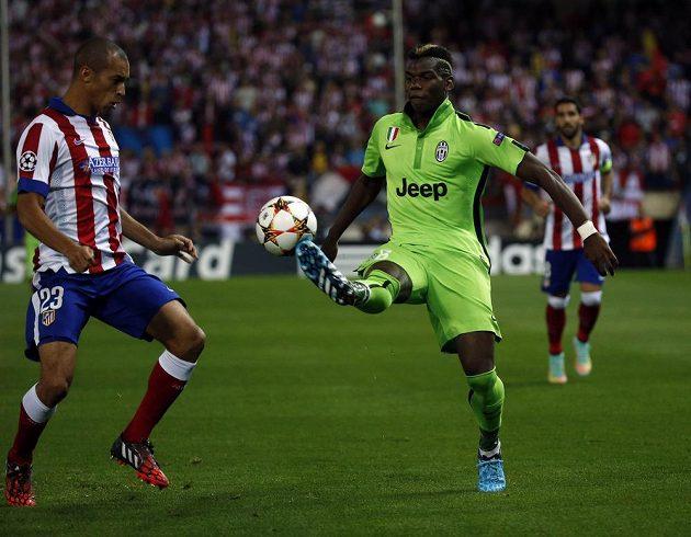 Stoper Atlétika Madrid Miranda (vlevo) a záložník Juventusu Paul Pogba v utkání 2. kola základních skupin Ligy mistrů.