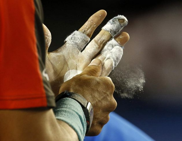 Rafu Nadala v Melbourne lehce limitují puchýře a také další menší šrámy na ruce.