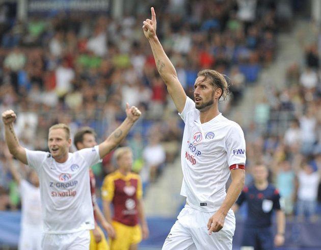 Kanonýr Slovácka Libor Došek se raduje z gólu proti Dukle. Jásá i jeho spoluhráč Jiří Valenta (vlevo).