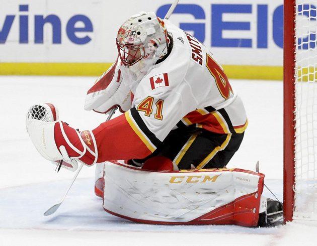 Brankář Mike Smith udržel čisté konto a byl ústřední postavou Calgary při výhře Flames na ledě Anaheimu.