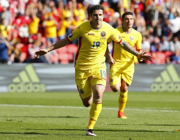 Bogdan Stancu oslavuje svoji trefu, kterou dostal tým Rumunska do vedení v utkání proti Švýcarsku.