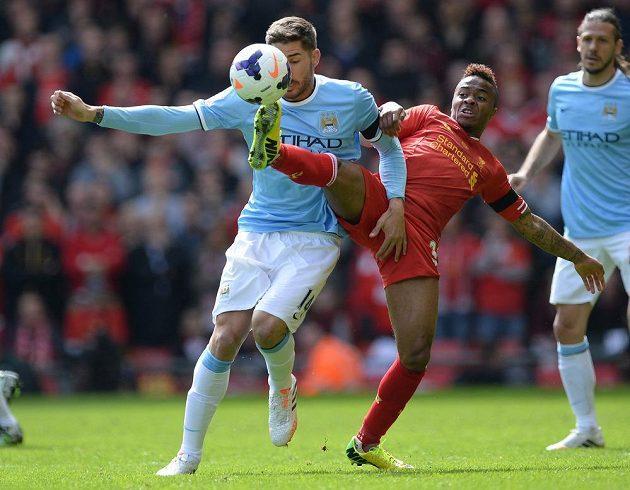 Liverpoolský Raheem Sterling (uprostřed) v souboji s Javim Garcíou z Manchesteru City.