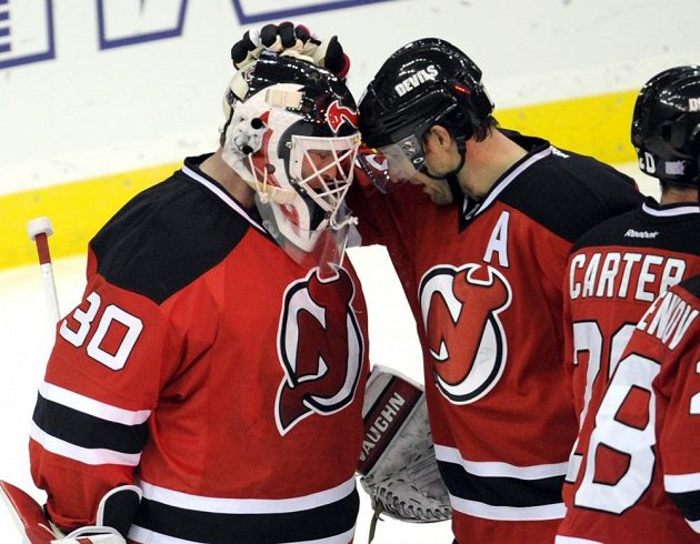 Hokejisté New Jersey děkují po zápase s Tampou brankáři Martinu Brodeurovi.