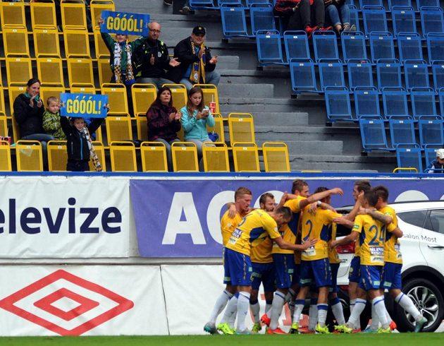 Fotbalisté Teplic slaví gól proti Ostravě v utkání 8. kola Synot ligy.