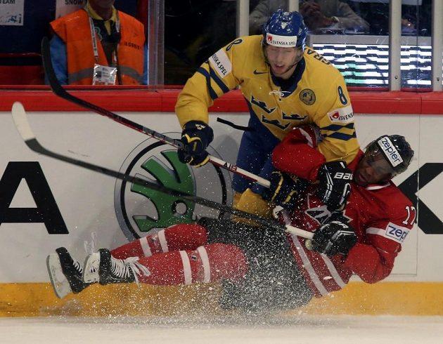 Švédský obránce Petter Granberg (vlevo) v souboji s kanadským útočníkem Waynem Simmondsem.