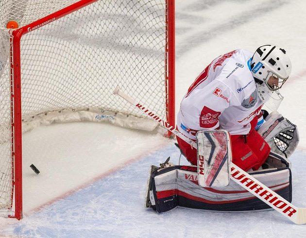 Jakub Štěpánek z Třince inkasuje gól.