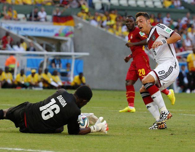 Němec Mesut Özil nedosáhl ve velké šanci na míč před ghanským brankářem Daudou.