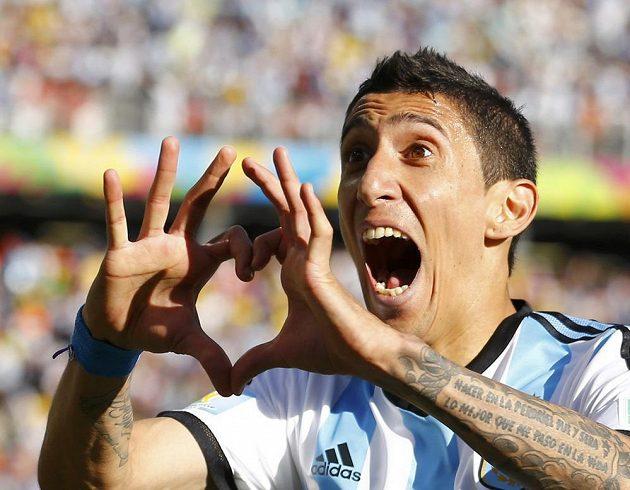 Argentinský záložník Angel Di María slaví gól proti Švýcarsku v osmifinále MS.