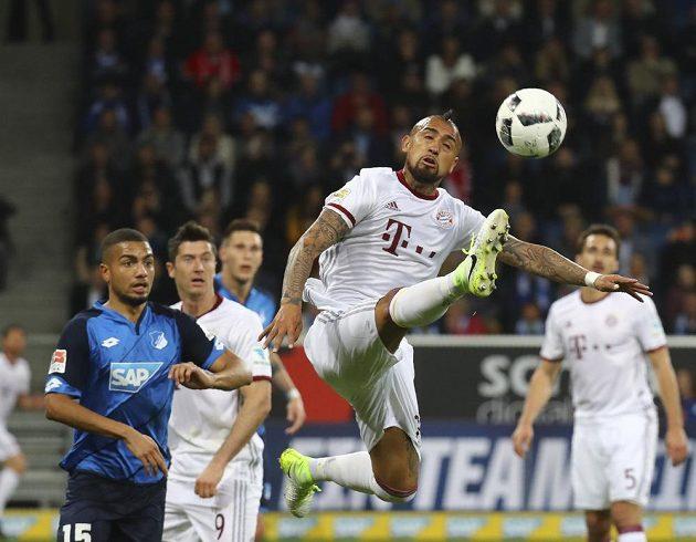 Fotbalista Bayernu Mnichov Arturo Vidal odehrává míč v bundesligovém utkání proti TSG Hoffenheim.