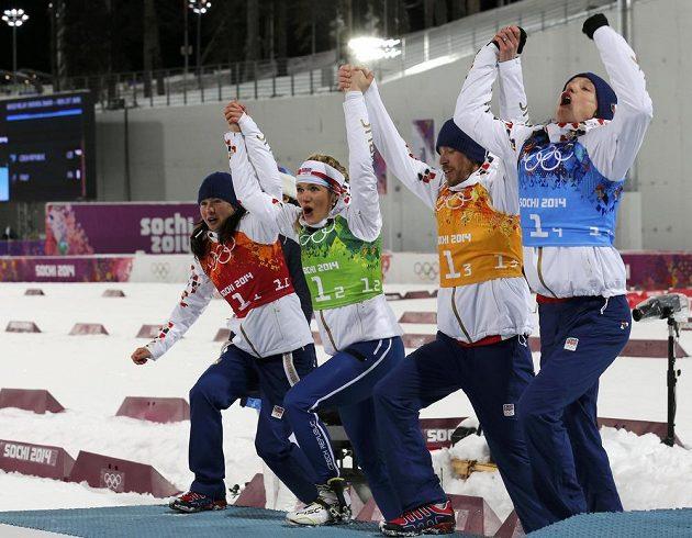 Čeští biatlonisté stoupají při květinovém ceremoniálu na druhý stupínek. Zleva Veronika Vítková, Gabriela Soukalová, Jaroslav Soukup a Ondřej Moravec.