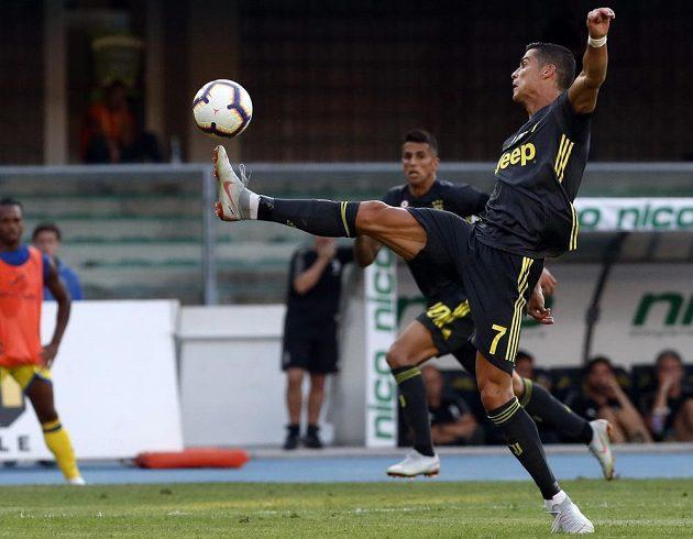 Hvězda Juventusu Cristiano Ronaldo v akci během prvního kola italské Série A.