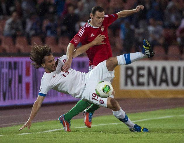 Petr Jiráček (vlevo) bojuje o míč s maďarským obráncem Vilmosem Vanczákem.