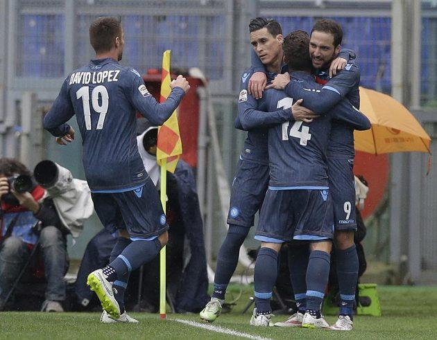 Gonzalo Higuaín (vpravo) se raduje se spoluhráči z branky, kterou vstřelil na hřišti Lazia Řím.