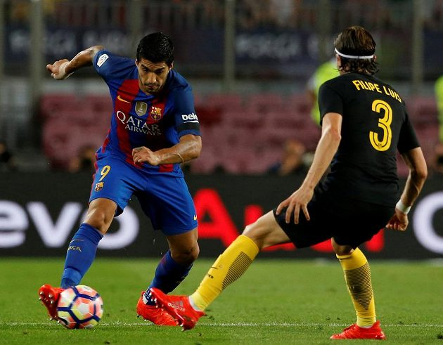 Útočník Barcelony Luis Suárez (vlevo) se snaží obejít bránícího Filipeho Luise z Atlétika Madrid.
