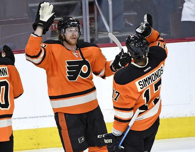 Jakub Voráček a Wayne Simmonds z Philadelphie slaví výhru nad Bostonem.