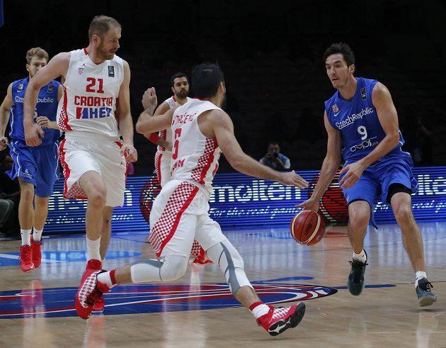 Jiří Welsch proti dvojici chorvatských basketbalistů Luka Zorič (vlevo) a Damjan Rudež.