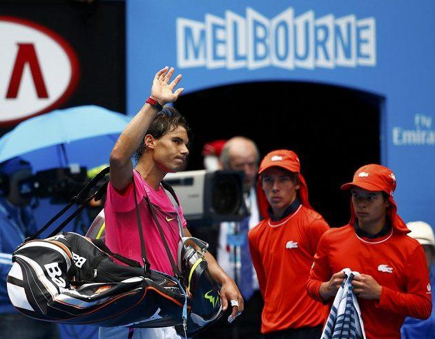 Zklamaný Rafael Nadal opouští Rod Laver Arenu po čtvrtfinálové porážce s Tomášem Berdychem.