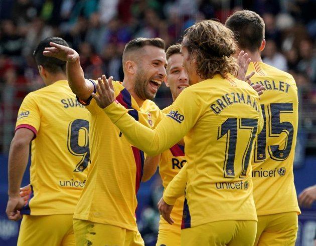 Barcelonský Antoine Griezmann slaví se spoluhráči.