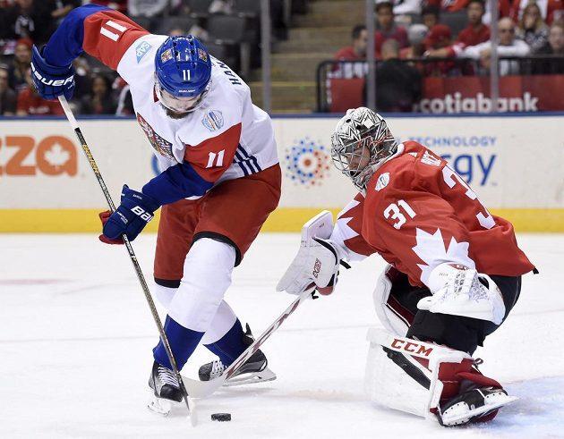 Martin Hanzal a kanadský brankář Carey Price během prvního utkání na Světovém poháru v Torontu.
