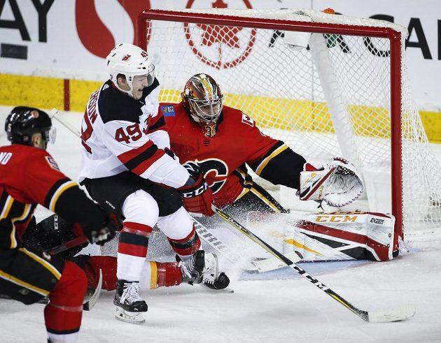 Brankář Calgary David Rittich v akci během utkání proti New Jersey.