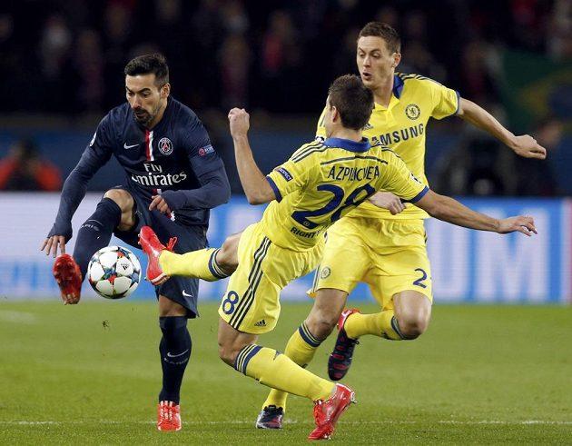 Obránce Chelsea César Azpilicueta (uprostřed) v souboji o míč s útočníkem PSG Ezechielem Lavezzim (vlevo) v prvním osmifinálovém duelu Ligy mistrů.
