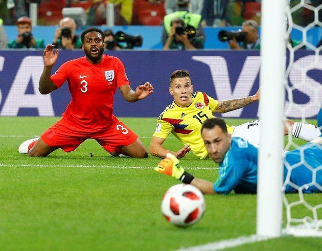 Anglický obránce Danny Rose (vlevo) marně tlačí očima míč do kolumbijské branky během prodloužení osmifinálové partie.