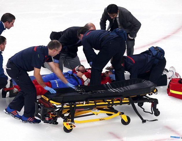 Útočníka Parrose museli z ledu odvézt na nosítkách.