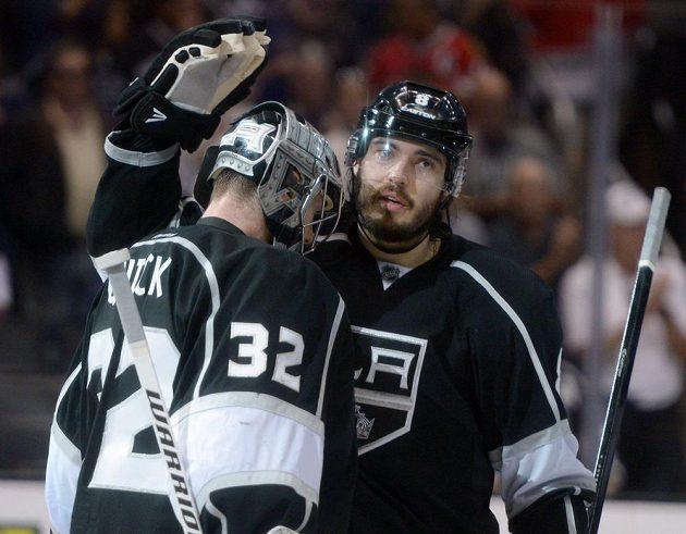 Brankář Los Angeles Jonathan Quick (32) a obránce Drew Doughty po výhře ve čtvrtém zápase semifinále NHL s Chicagem.