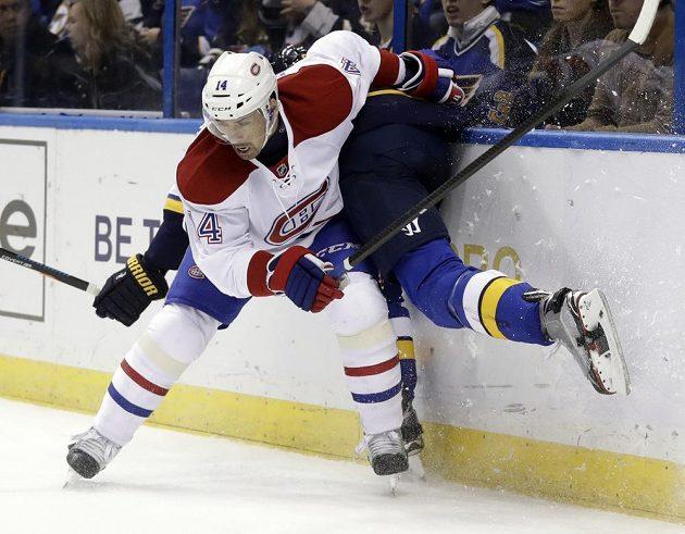 Český centr Montrealu Tomáš Plekanec (14) v souboji u hrazení s Coltonem Paraykem (55) ze St. Louis.