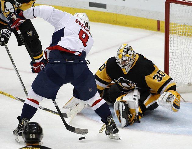 Alexander Ovečkin z Washingtonu se snaží protlačit kotouč za záda Matta Murraye v pátém zápase play off proti Pittsburghu.