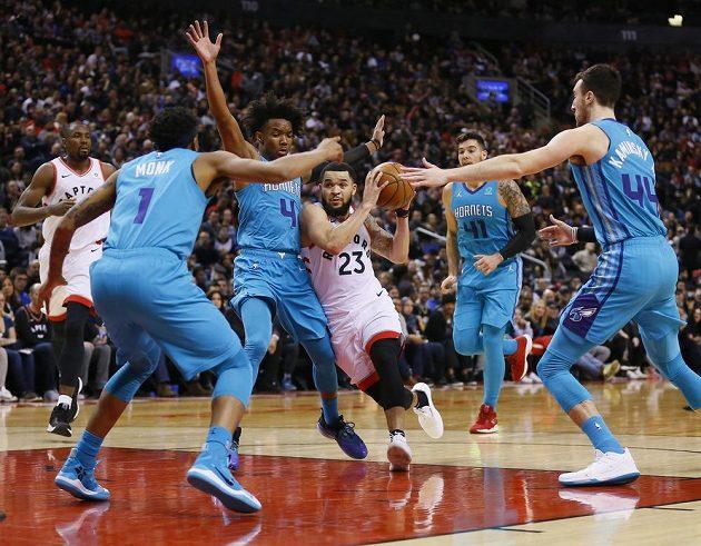Basketbalisté Charlotte Hornets vyhráli v NBA zápas s Torontem díky parádní trojce v úplném závěru.