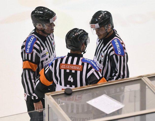 Hokejoví rozhodčí během zápasu Olomouce s Mladou Boleslaví.
