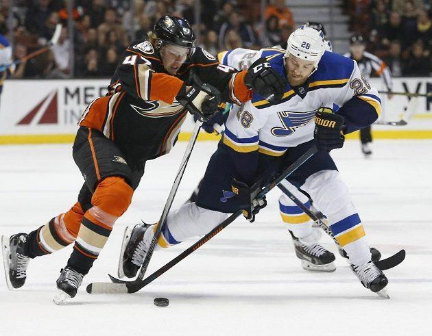 Obránce Anaheimu Hampus Lindholm (47) v souboji s Kylem Brodziakem (28) ze St. Louis Blues v zápase NHL.