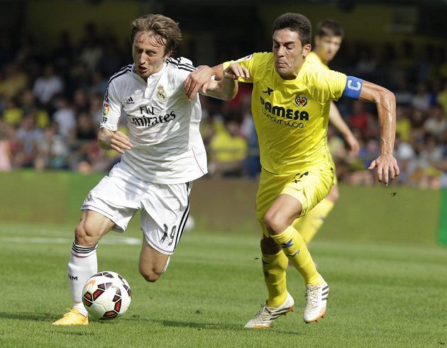 Bruno Soriano z Villarrealu bojuje o míč se záložníkem Lukou Modričem (vlevo) v utkání 6. kola španělské La Ligy.