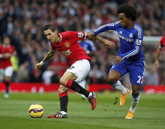 Ángel di María z Manchesteru United si v nedělním šlágru 9. kola Premier League kryje míč před záložníkem Chelsea Willianem.