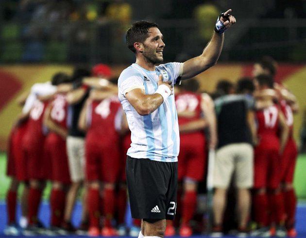 Agustin Mazzilli z Argentiny děkuje skvělým divákům, v pozadí jsou poražení finalisté z Belgie.