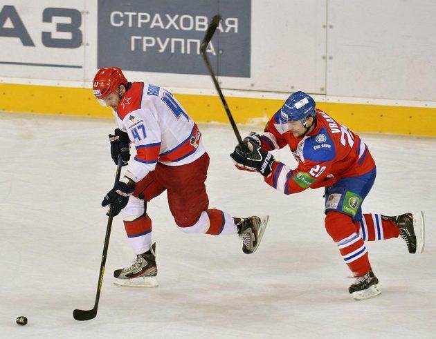 Petr Vrána (vpravo) ze Lva Praha se snaží zastavit útočnou akci Alexandra Radulova z CSKA Moskva.
