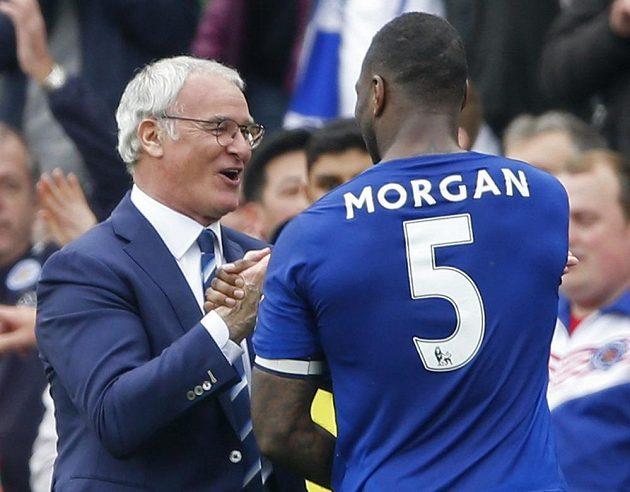 Trenér Claudio Ranieri slaví s Wesem Morganem.