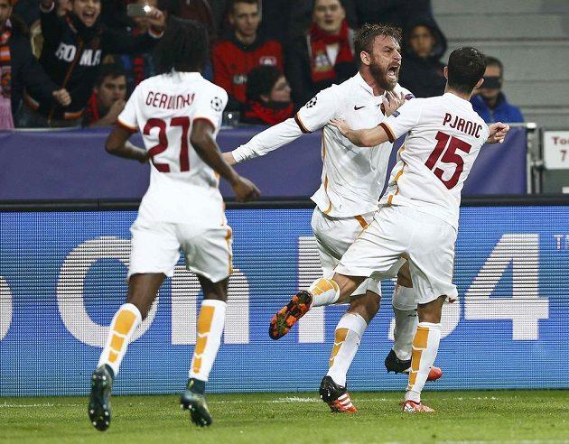 Daniele De Rossi a Miralem Pjanič patřili k nejlepším hráčům AS Řím na hřišti Leverkusenu. Italové si nakonec odvezli remízu 4:4.