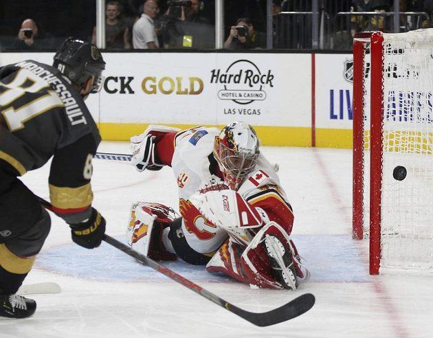 Útočník týmu Vegas Golden Knights Jonathan Marchessault (81) střílí na branku Calgary Flames, kterou hájil David Rittich (33).