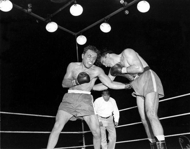 Jake LaMotta (vlevo) na snímku z roku 1949 při souboji s Marcelem Cerdanem v Detroitu.