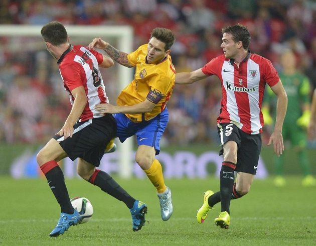 Lionel Messi (uprostřed) v obklíčení dvou soupeřů z Bilbaa během prvního střetnutí o španělský Superpohár.