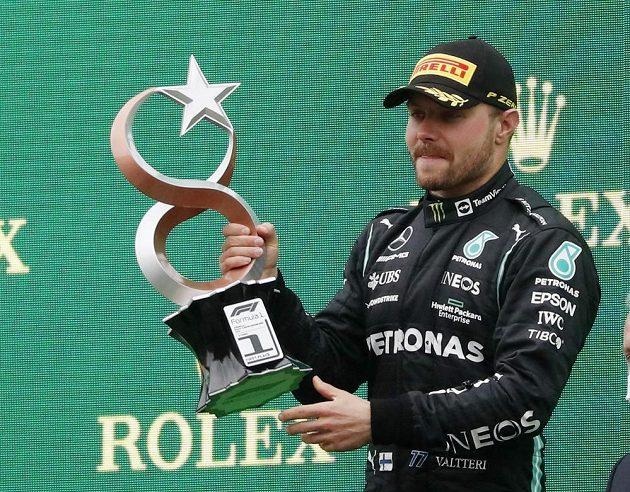 Finský pilot Mercedesu Valtteri Bottas oslavuje vítězství ve Velké ceně Turecka.
