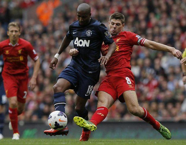Kapitán Liverpoolu Steven Gerrard (vpravo) se snaží zastavit Ashleyho Younga z Manchesteru United.